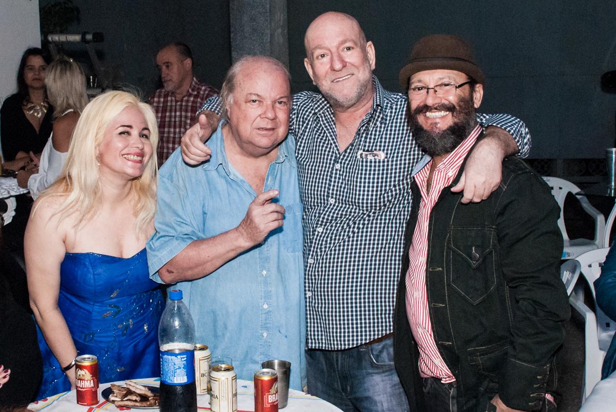 mais fotos do aniversariante com os amigos no aniversário de Helena 40 e Wanderley 67 anos, festa realizada no condomínio, Morumbi, São Paulo