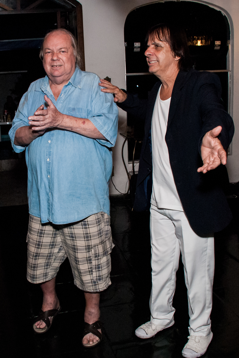 cover de Roberto Carlos no aniversário de Helena 40 e Wanderley 67 anos, festa realizada no condomínio, Morumbi, São Paulo