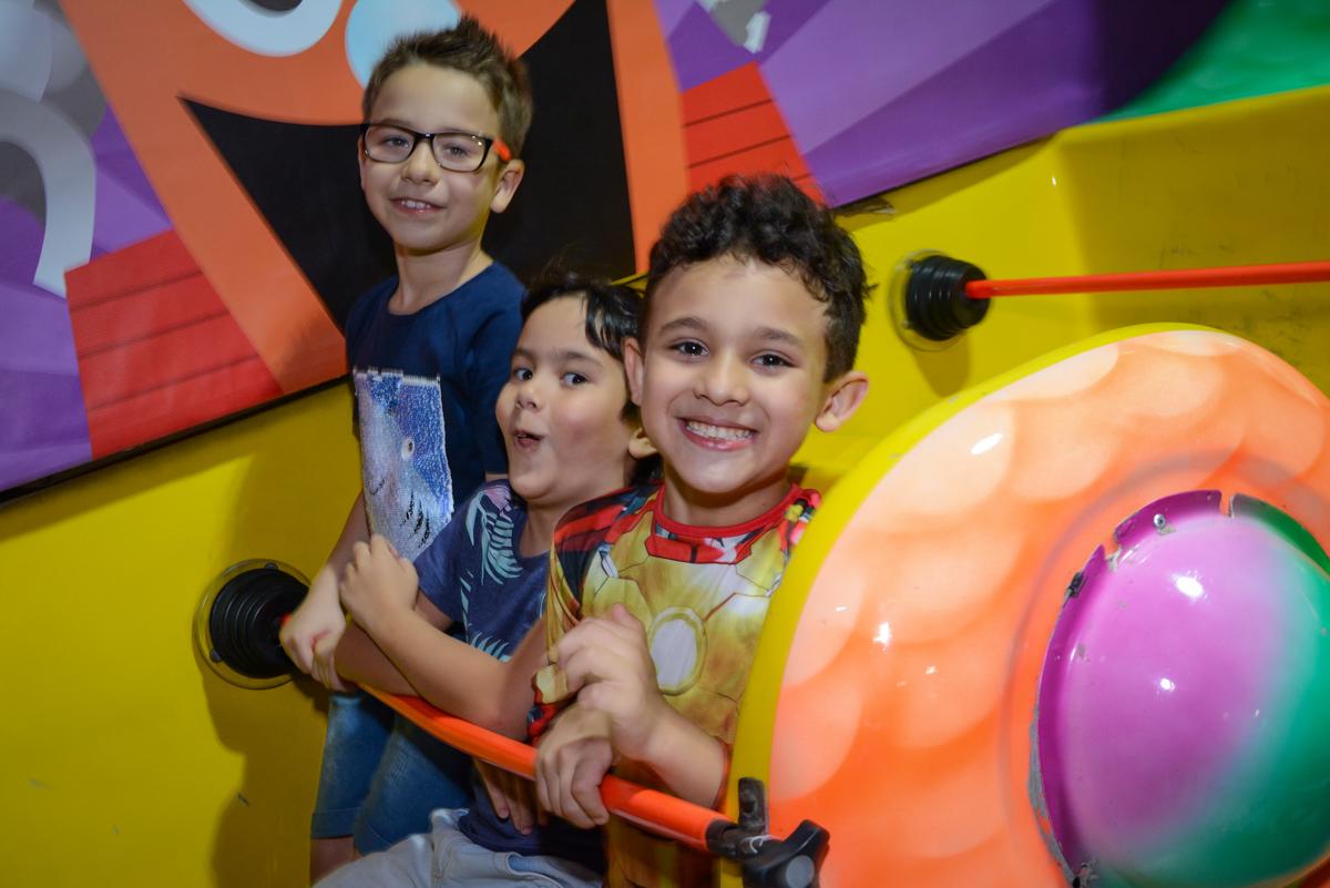 os amigos se divertem no barco vicking no Buffet Fábrica da Alegria Osasco, São Paulo, aniversário de enrico 14 e Ryan 7 anos, tema da festa Super Heróis
