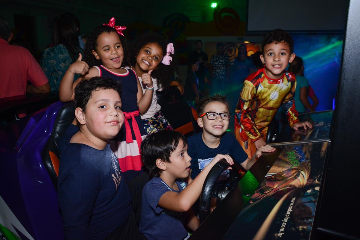 amigos posam para a fotografia no Buffet Fábrica da Alegria Osasco, São Paulo, aniversário de enrico 14 e Ryan 7 anos, tema da festa Super Heróis