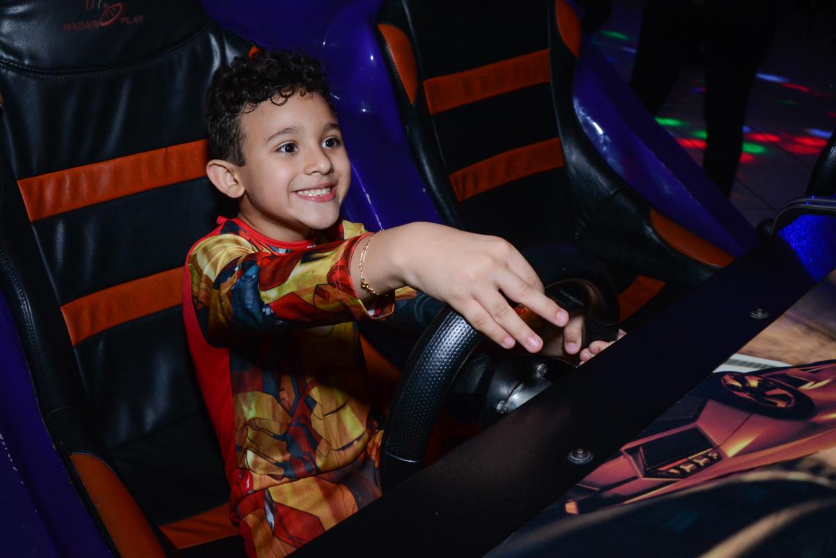 brincando no simulador de corridas no Buffet Fábrica da Alegria Osasco, São Paulo, aniversário de enrico 14 e Ryan 7 anos, tema da festa Super Heróis