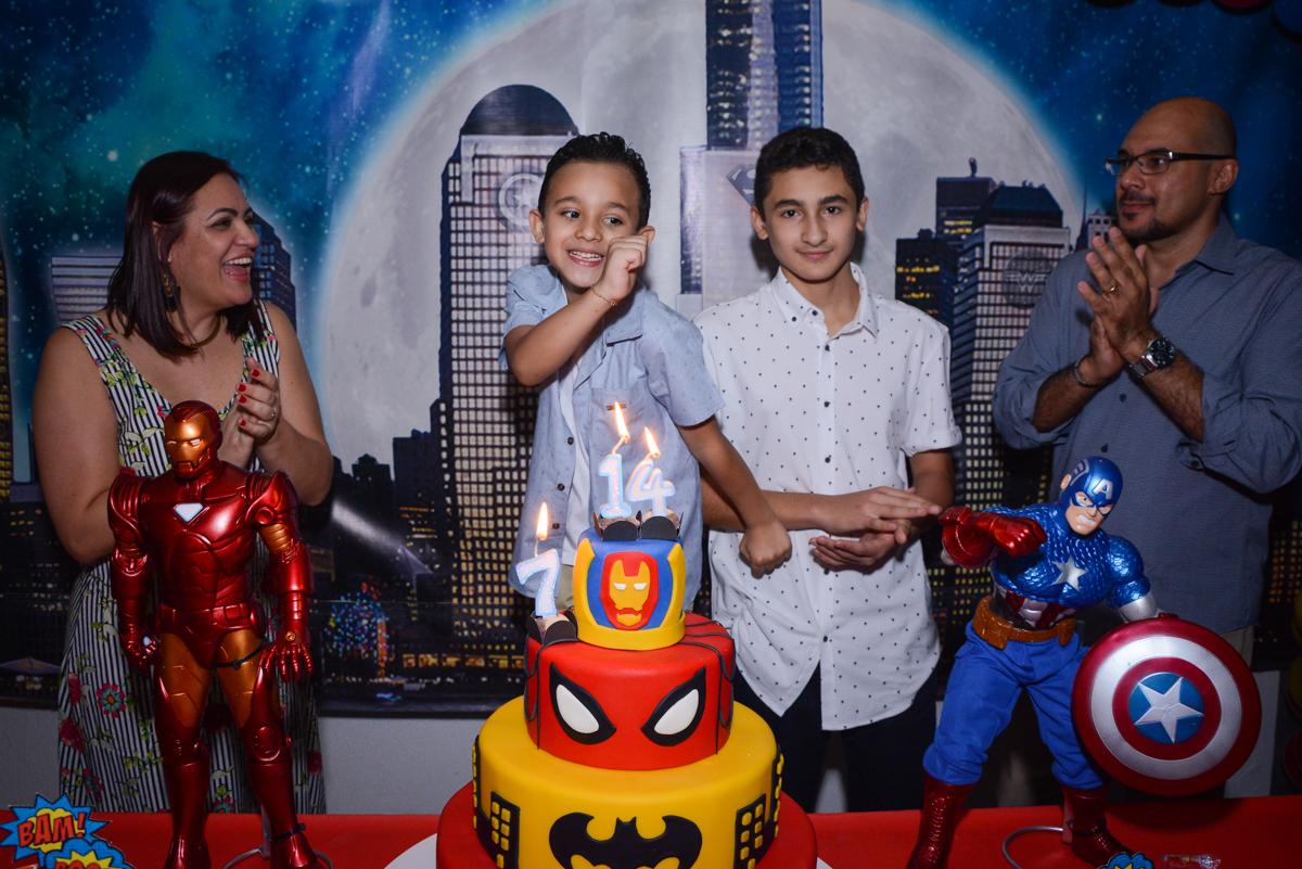 hora de cantar parabéns no Buffet Fábrica da Alegria Osasco, São Paulo, aniversário de enrico 14 e Ryan 7 anos, tema da festa Super Heróis