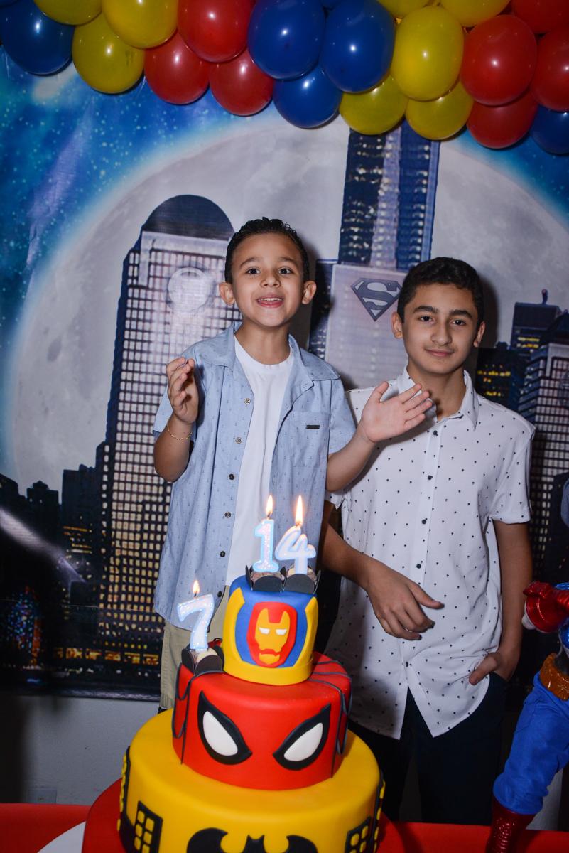 parabens animado no Buffet Fábrica da Alegria Osasco, São Paulo, aniversário de enrico 14 e Ryan 7 anos, tema da festa Super Heróis