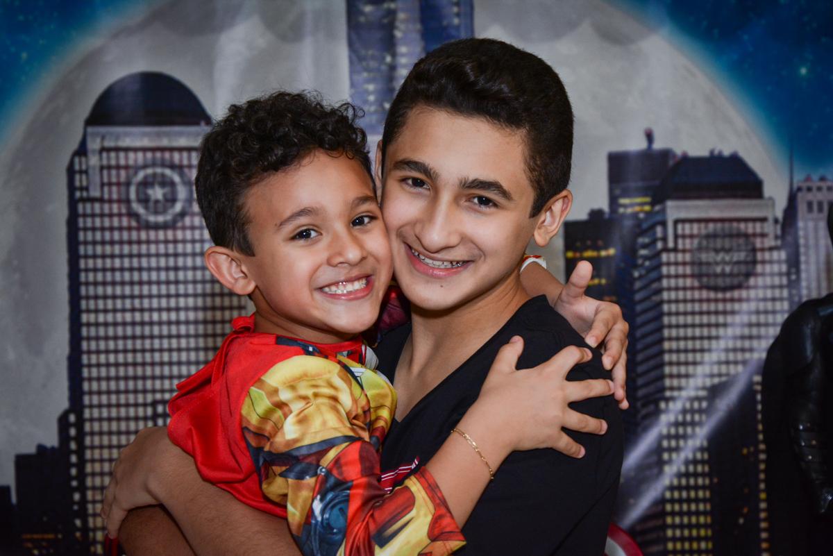 abraço dos irmãos no Buffet Fábrica da Alegria Osasco, São Paulo, aniversário de enrico 14 e Ryan 7 anos, tema da festa Super Heróis