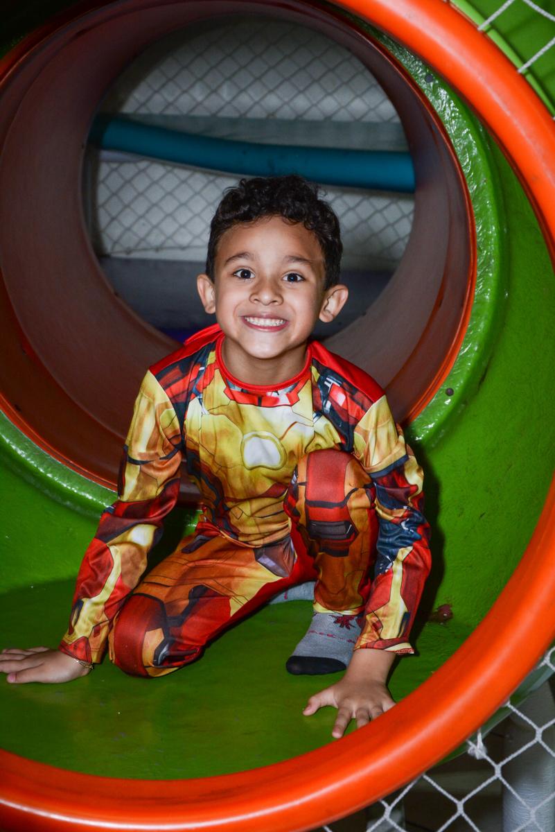 foto no brinquedão no Buffet Fábrica da Alegria Osasco, São Paulo, aniversário de enrico 14 e Ryan 7 anos, tema da festa Super Heróis