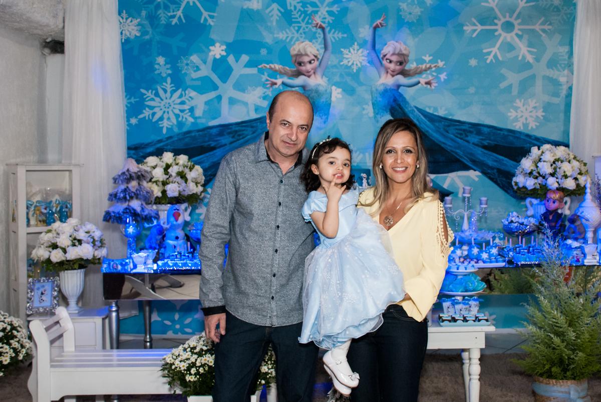 foto com os pais no Buffet Fábrica da Alegria, Osasco, São Paulo, aniversário de anna clara, 3 anos, tema da festa Frozen