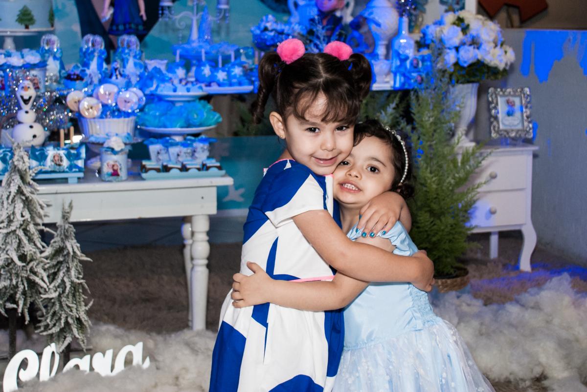 recebendo a prima para sua festa no Buffet Fábrica da Alegria, Osasco, São Paulo, aniversário de anna clara, 3 anos, tema da festa Frozen