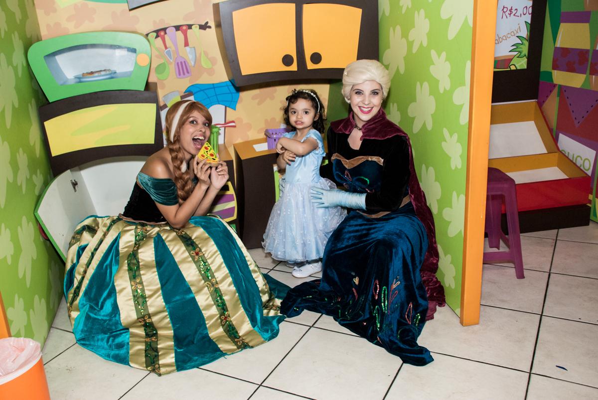 brincando na cozinha no Buffet Fábrica da Alegria, Osasco, São Paulo, aniversário de anna clara, 3 anos, tema da festa Frozen