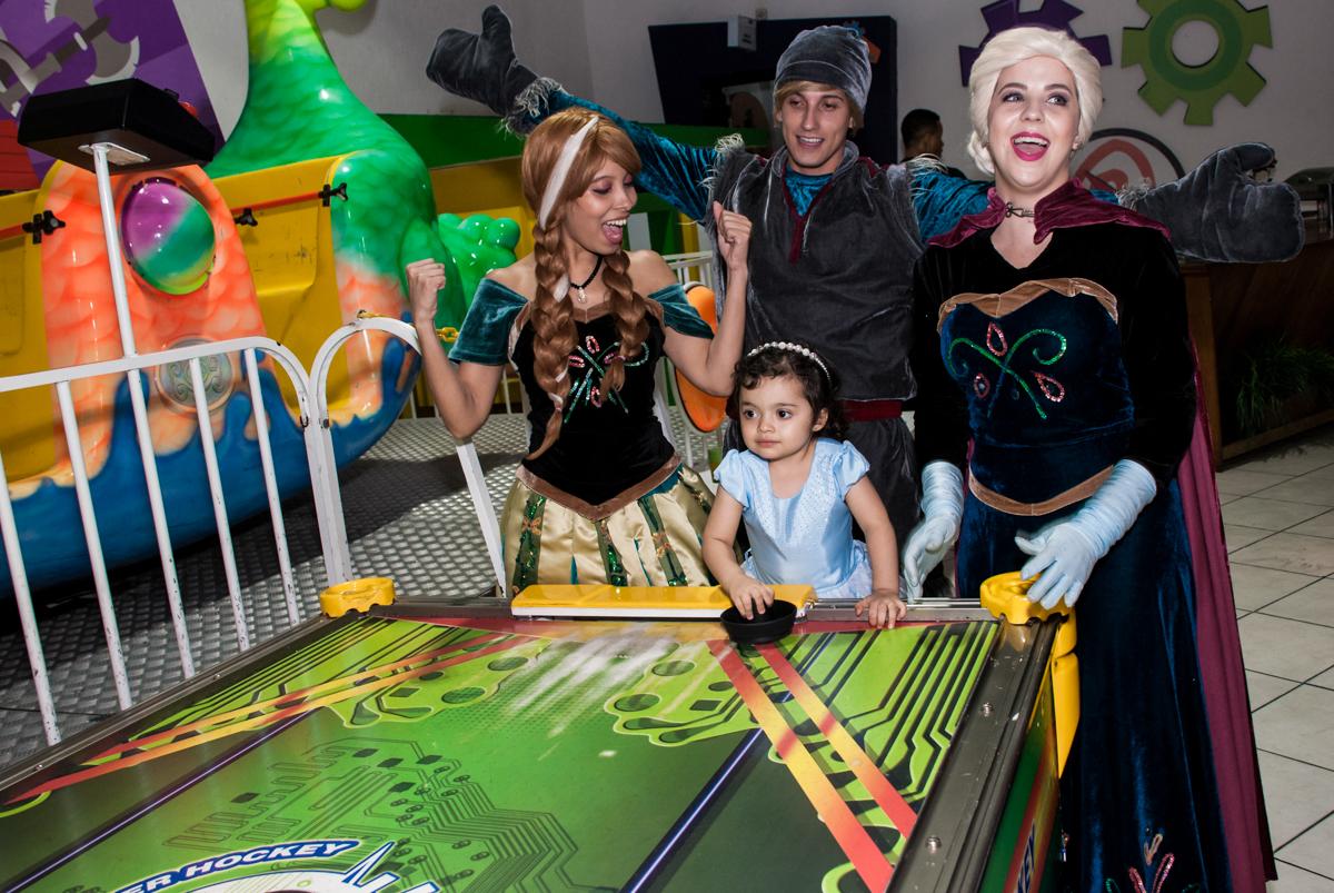 brincando com os personagens no Buffet Fábrica da Alegria, Osasco, São Paulo, aniversário de anna clara, 3 anos, tema da festa Frozen