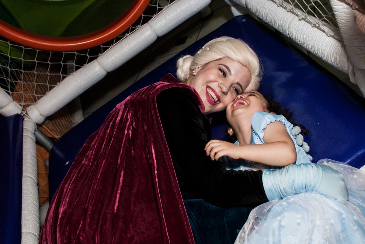 gargalhada gostosa com a elsa no Buffet Fábrica da Alegria, Osasco, São Paulo, aniversário de anna clara, 3 anos, tema da festa Frozen