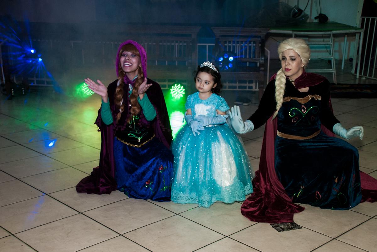 show animado com os personagens da frozen no Buffet Fábrica da Alegria, Osasco, São Paulo, aniversário de anna clara, 3 anos, tema da festa Frozen