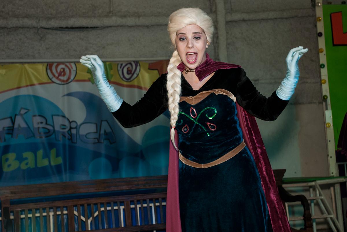 elsa canta no show no Buffet Fábrica da Alegria, Osasco, São Paulo, aniversário de anna clara, 3 anos, tema da festa Frozen