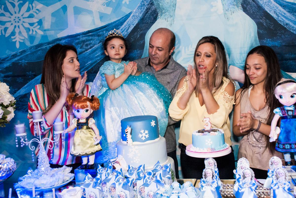 hora do parabéns no Buffet Fábrica da Alegria, Osasco, São Paulo, aniversário de anna clara, 3 anos, tema da festa Frozen