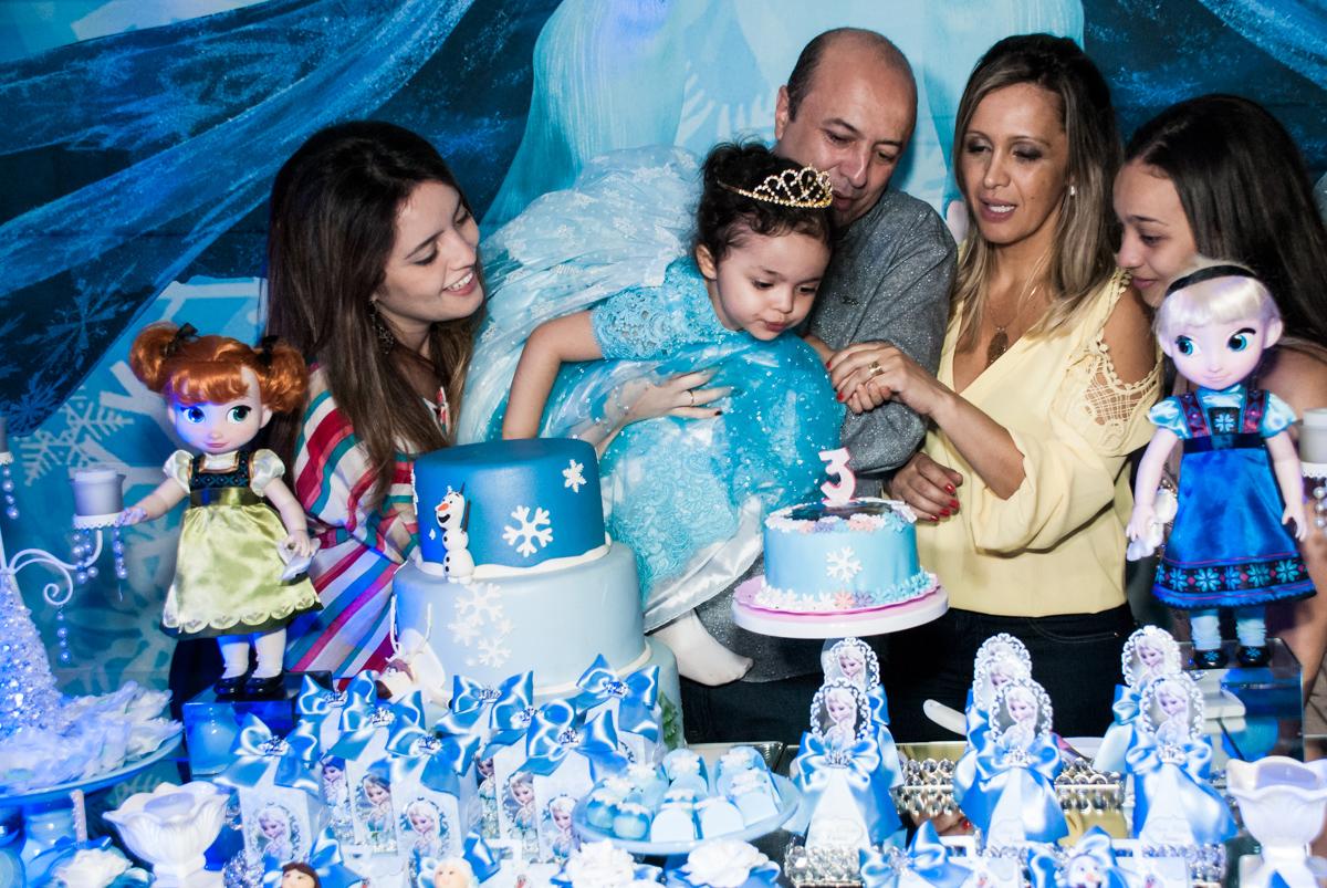 soprando a vela do bolo no Buffet Fábrica da Alegria, Osasco, São Paulo, aniversário de anna clara, 3 anos, tema da festa Frozen