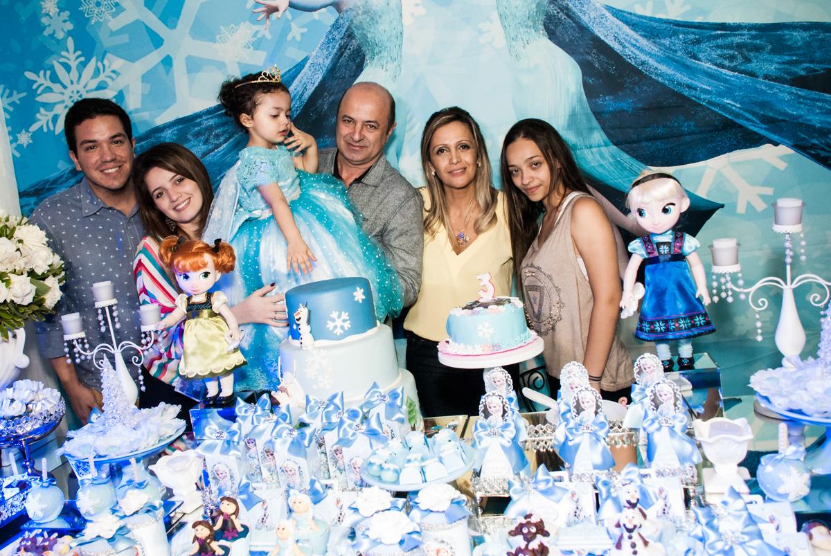 fotografia da família na mesa do bolo no Buffet Fábrica da Alegria, Osasco, São Paulo, aniversário de anna clara, 3 anos, tema da festa Frozen