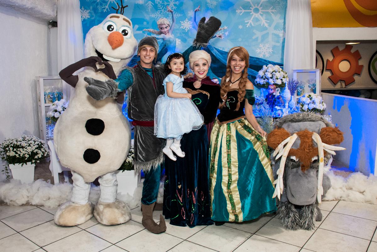 fotografia com os personagens no Buffet Fábrica da Alegria, Osasco, São Paulo, aniversário de anna clara, 3 anos, tema da festa Frozen