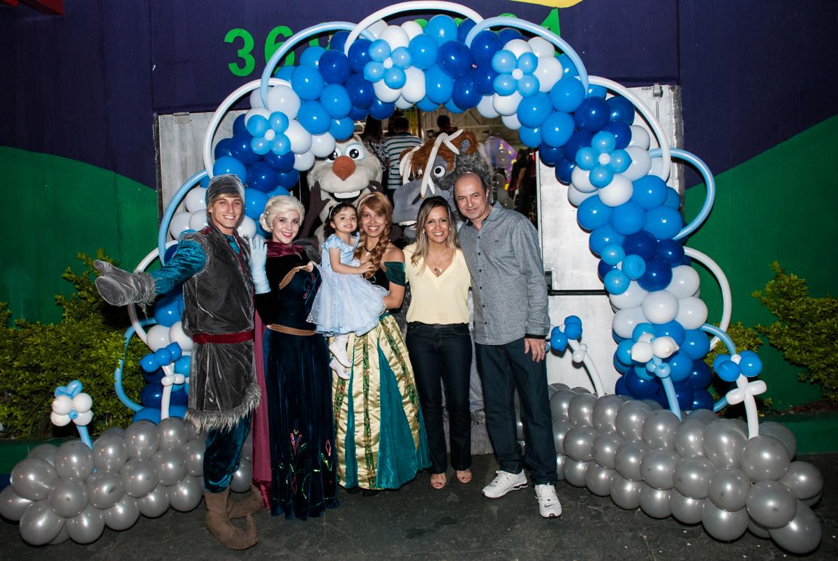 familia e os personagens posam para a foto em baixo do arco de bexigas no Buffet Fábrica da Alegria, Osasco, São Paulo, aniversário de anna clara, 3 anos, tema da festa Frozen