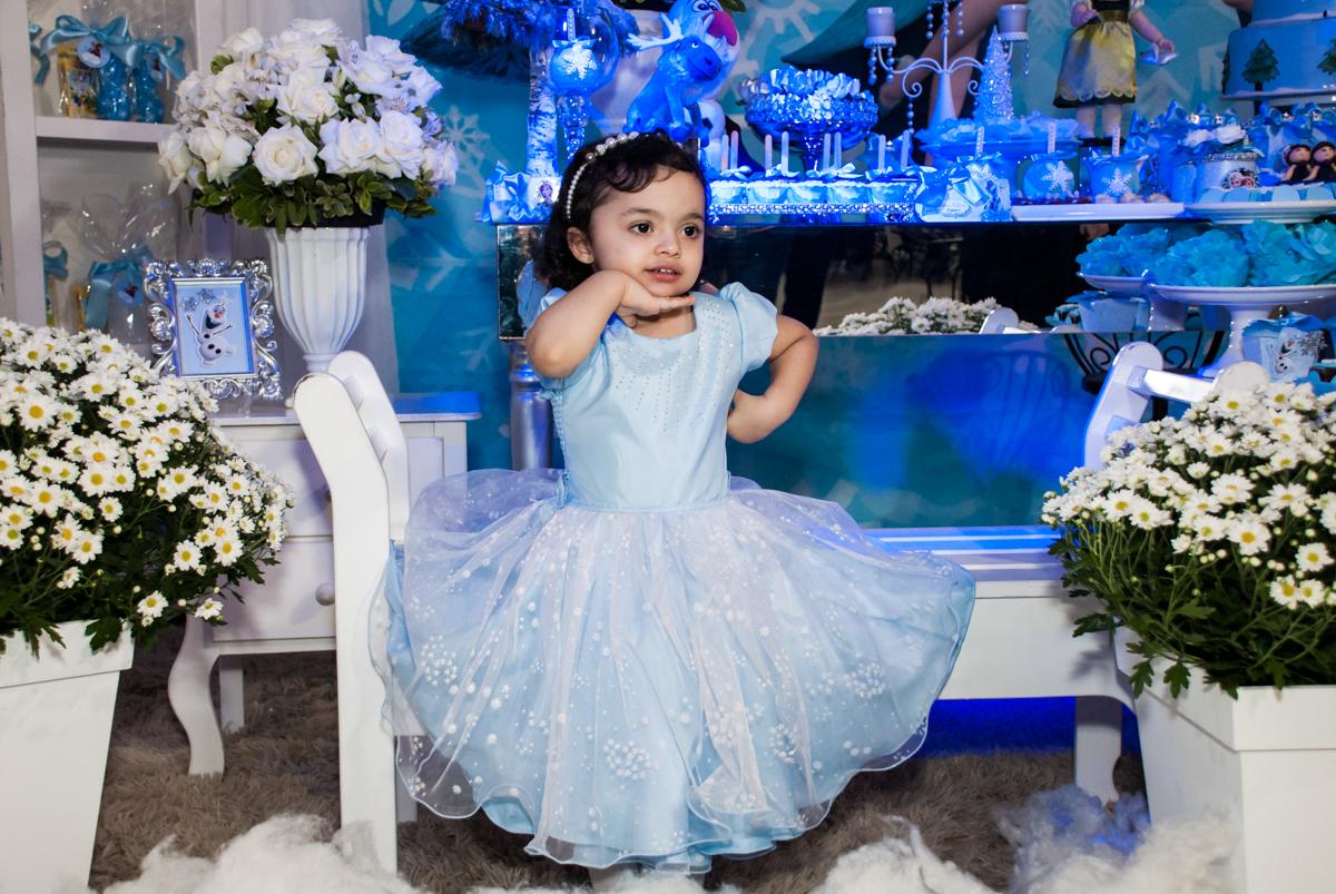 aniversariante faz foto na mesa temátic no Buffet Fábrica da Alegria, Osasco, São Paulo, aniversário de anna clara, 3 anos, tema da festa Frozen