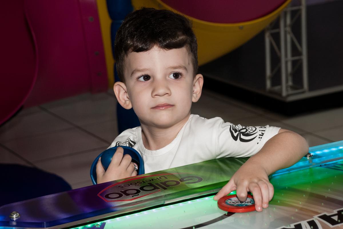 jogando no futebol de mesa no Buffet Magic Joy, saude, são Paulo, aniversário de Catarina 3 anos, tema da festa fundo do mar