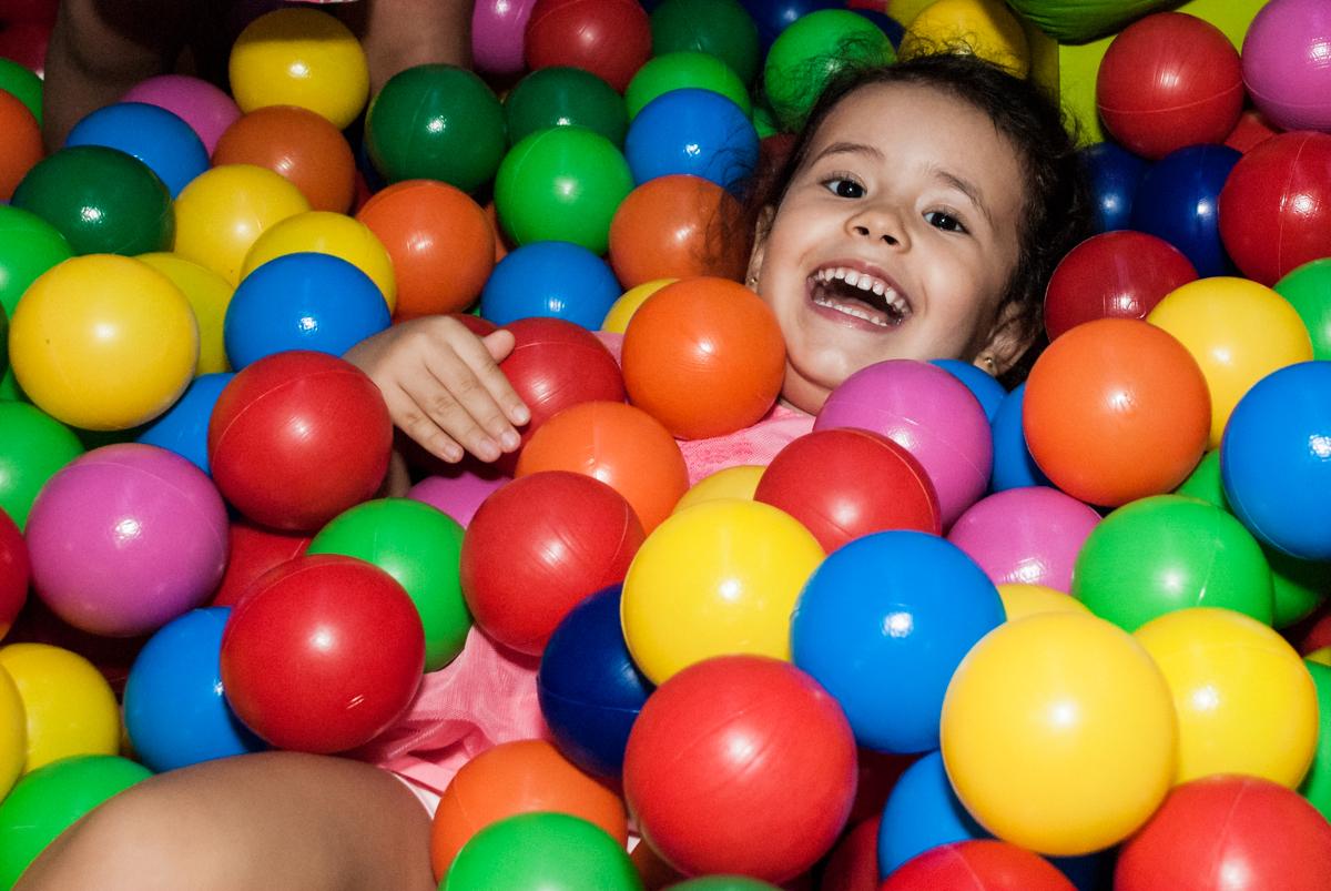 brincando na piscina de bolinhas no Buffet Magic Joy, saude, são Paulo, aniversário de Catarina 3 anos, tema da festa fundo do mar