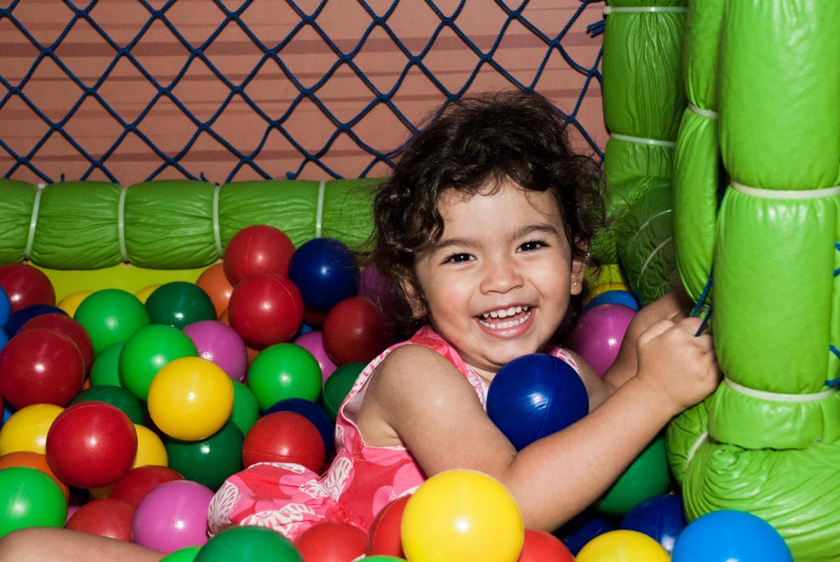 bagunça na piscina de bolinhas no Buffet Magic Joy, saude, são Paulo, aniversário de Catarina 3 anos, tema da festa fundo do mar