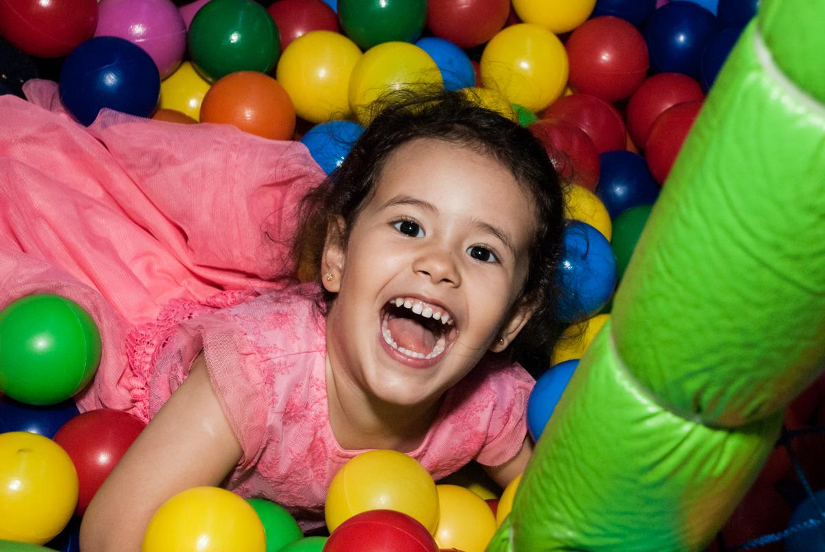 muita gargalhada na piscina de bolinhas no Buffet Magic Joy, saude, são Paulo, aniversário de Catarina 3 anos, tema da festa fundo do mar