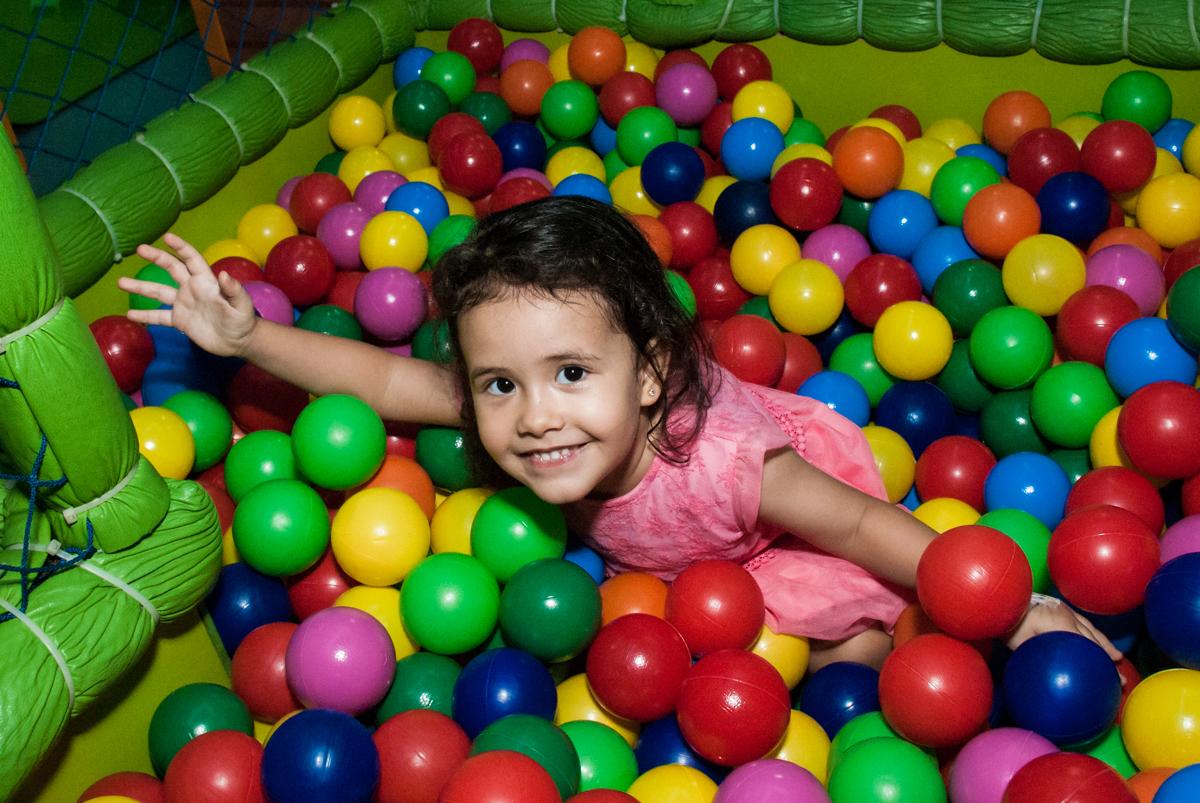 mais brincadeiras na piscina de bolinhas no Buffet Magic Joy, saude, são Paulo, aniversário de Catarina 3 anos, tema da festa fundo do mar