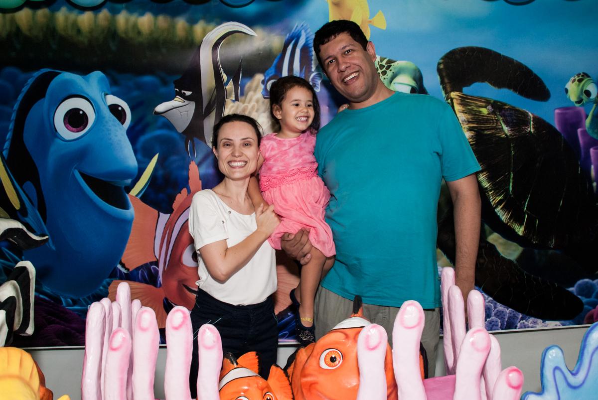 fotografia da família na mesa decorada no Buffet Magic Joy, saude, são Paulo, aniversário de Catarina 3 anos, tema da festa fundo do mar