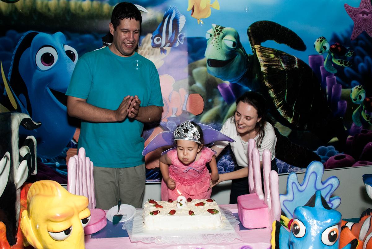 soprando a vela do bolo no Buffet Magic Joy, saude, são Paulo, aniversário de Catarina 3 anos, tema da festa fundo do mar
