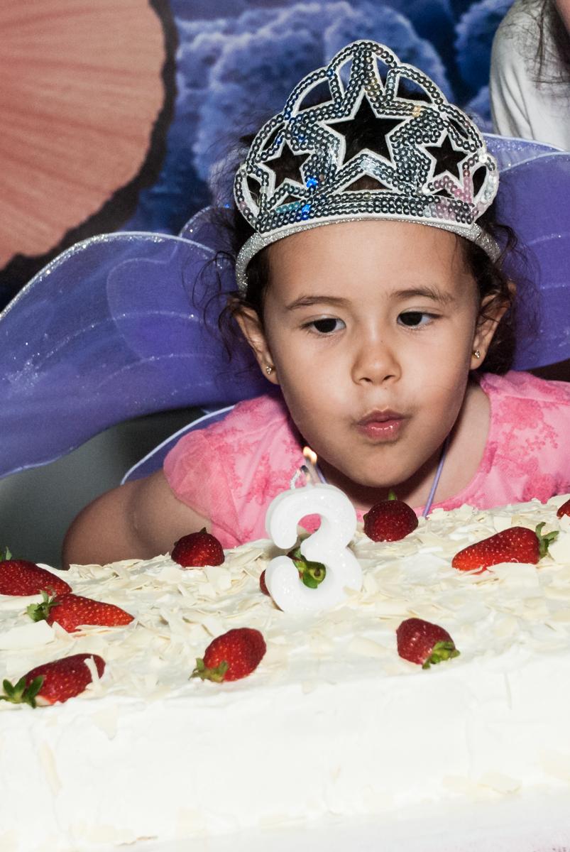 força para apagar a vela do bolo no Buffet Magic Joy, saude, são Paulo, aniversário de Catarina 3 anos, tema da festa fundo do mar