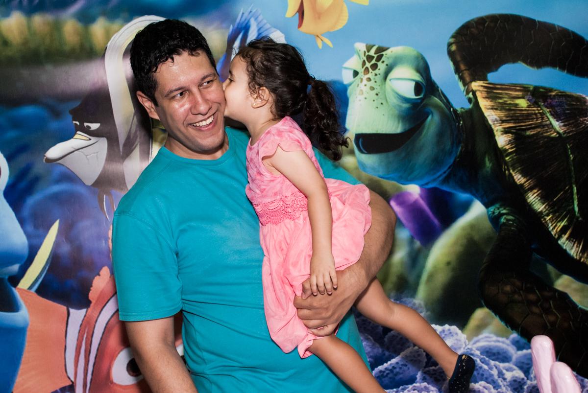 foto pai e filha no Buffet Magic Joy, saude, são Paulo, aniversário de Catarina 3 anos, tema da festa fundo do mar
