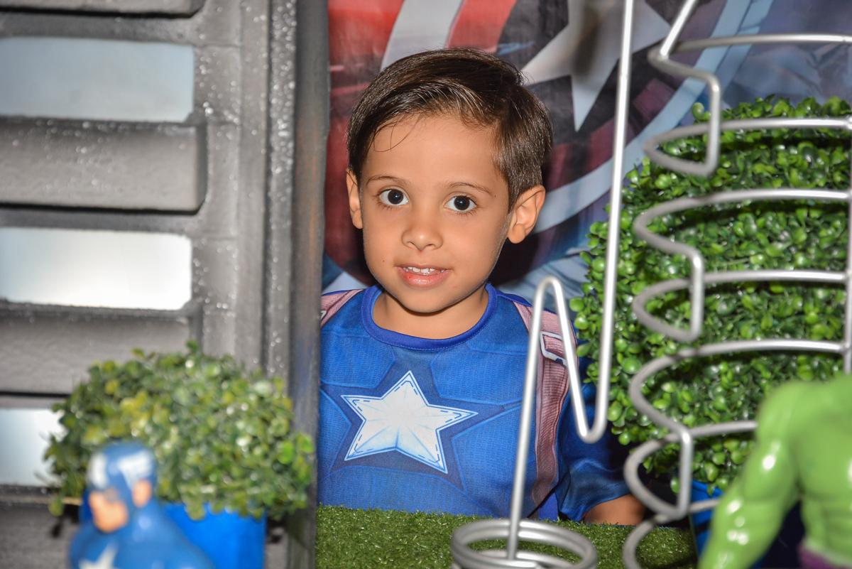 foto na mesa decorada no buffet Fábrica da Alegria, Morumbi, São Paulo, aniversário de Leonardo 5 anos, tema da festa os vingadores