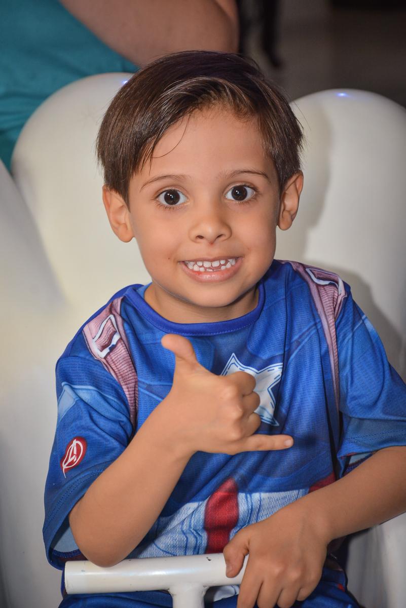 brincando no carrossel no buffet Fábrica da Alegria, Morumbi, São Paulo, aniversário de Leonardo 5 anos, tema da festa os vingadores