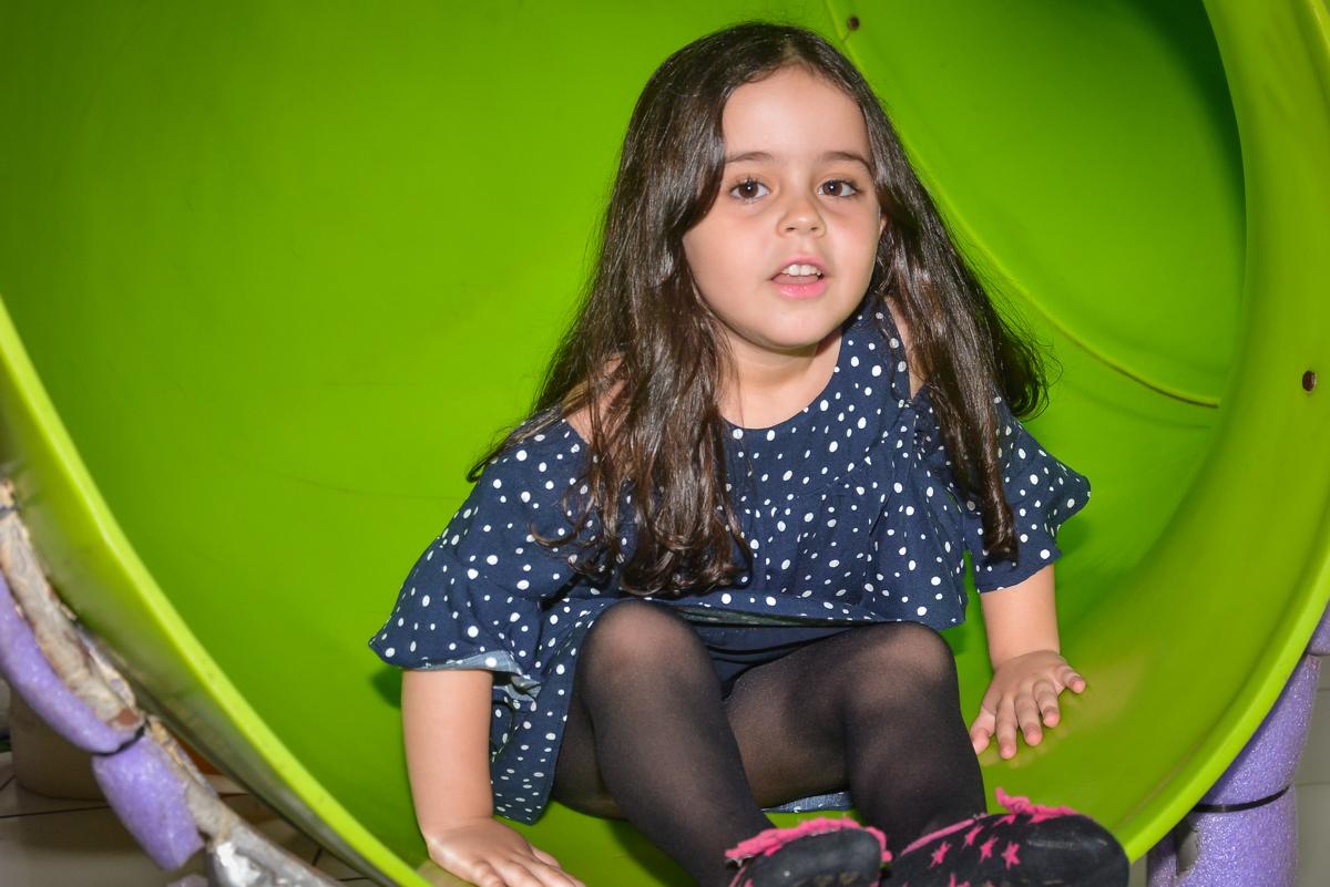 escorregando no escorregador no buffet Fábrica da Alegria, Morumbi, São Paulo, aniversário de Leonardo 5 anos, tema da festa os vingadores