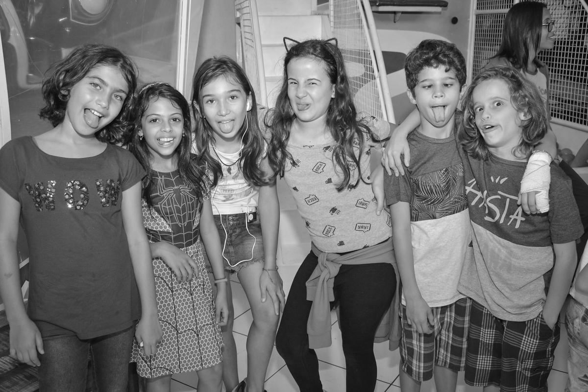 amigas posam para a foto no buffet Fábrica da Alegria, Morumbi, São Paulo, aniversário de Leonardo 5 anos, tema da festa os vingadores