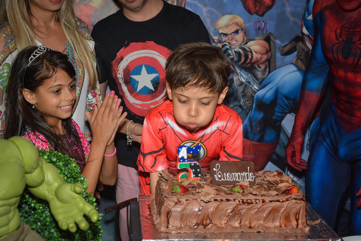 soprando a vela do bolo no buffet Fábrica da Alegria, Morumbi, São Paulo, aniversário de Leonardo 5 anos, tema da festa os vingadores