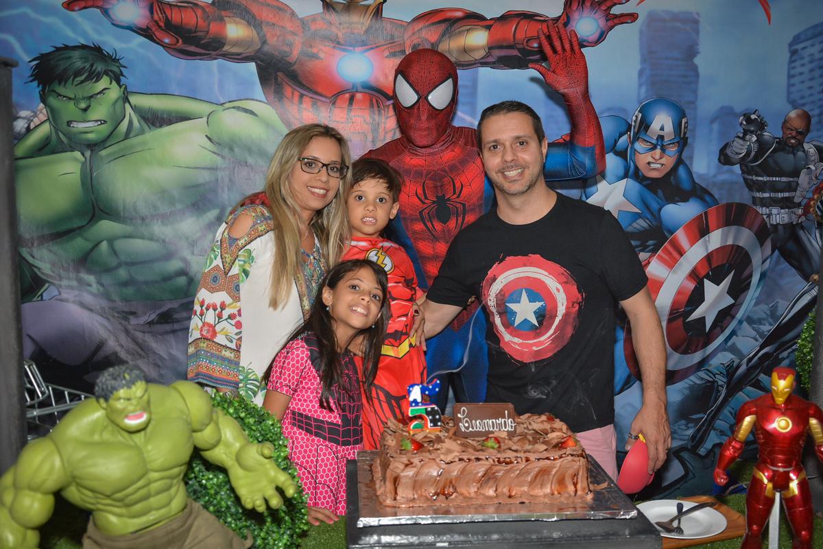 foto da família na mesa decorada no buffet Fábrica da Alegria, Morumbi, São Paulo, aniversário de Leonardo 5 anos, tema da festa os vingadores
