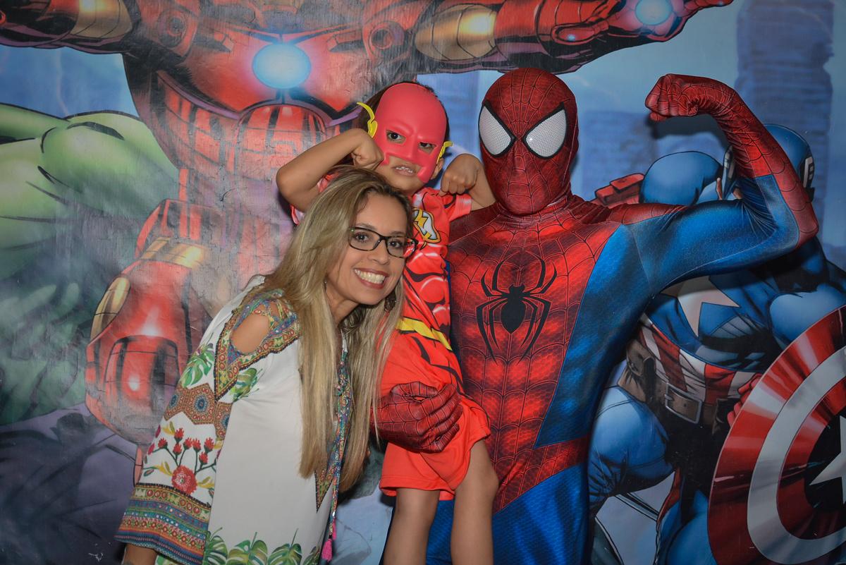 foto com o homem aranha no buffet Fábrica da Alegria, Morumbi, São Paulo, aniversário de Leonardo 5 anos, tema da festa os vingadores