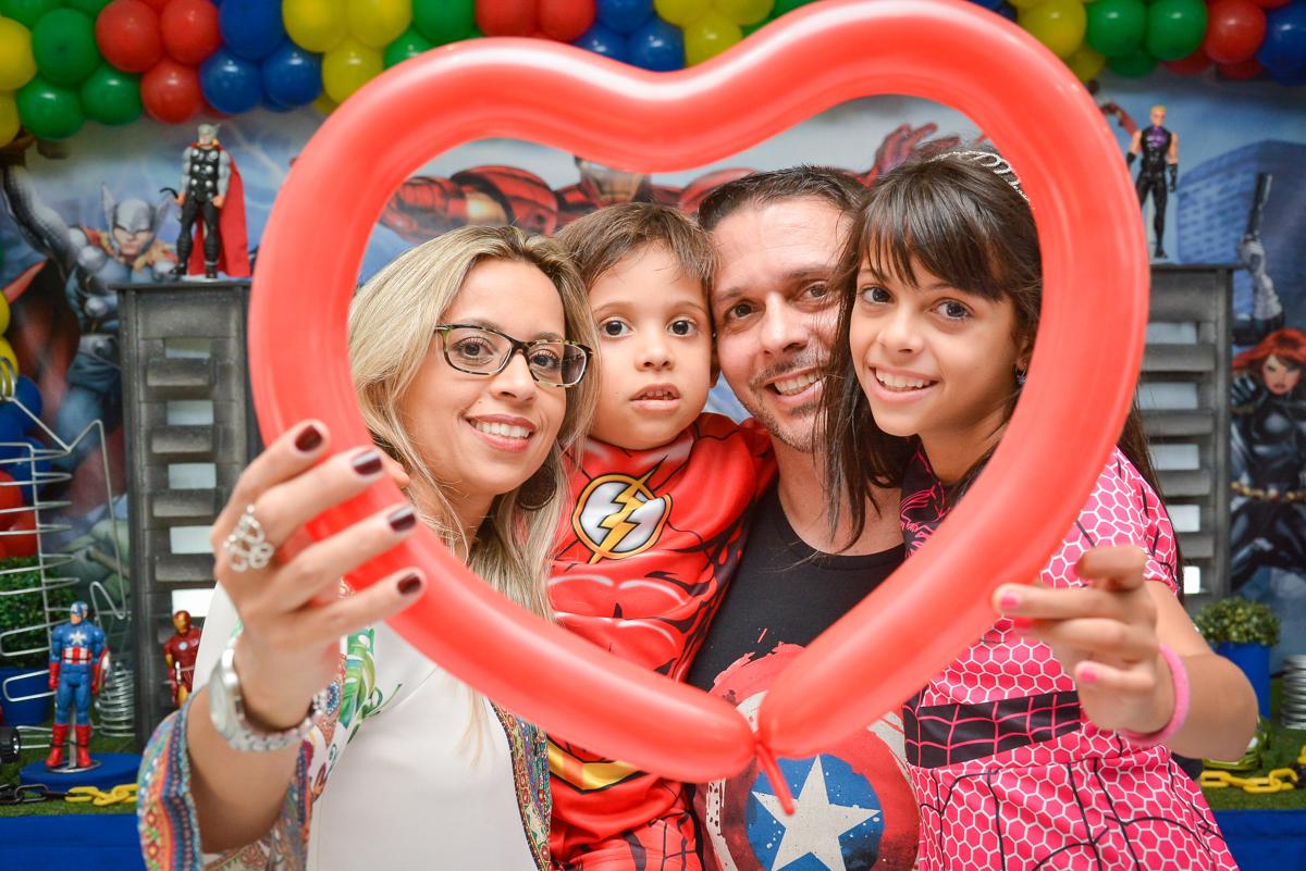 foto da família na moldura de bexiga no buffet Fábrica da Alegria, Morumbi, São Paulo, aniversário de Leonardo 5 anos, tema da festa os vingadores