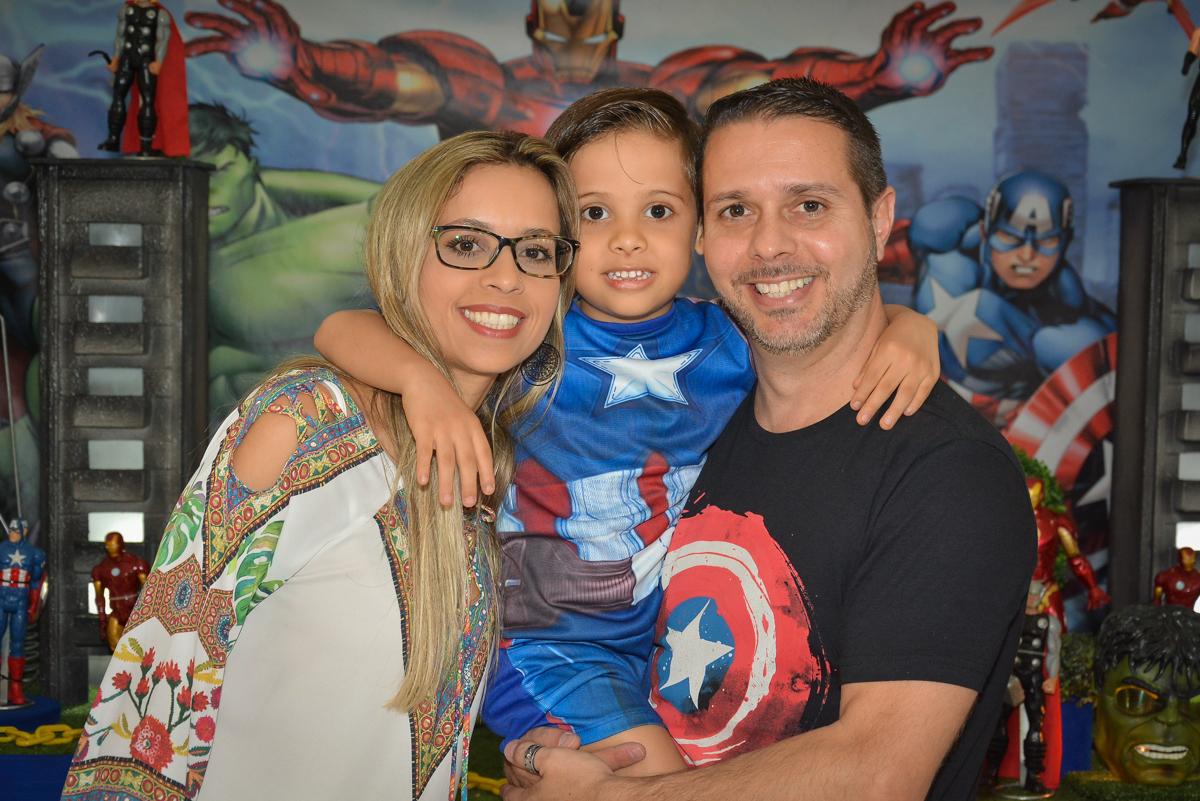foto do aniversariante com os seus pais no buffet Fábrica da Alegria, Morumbi, São Paulo, aniversário de Leonardo 5 anos, tema da festa os vingadores