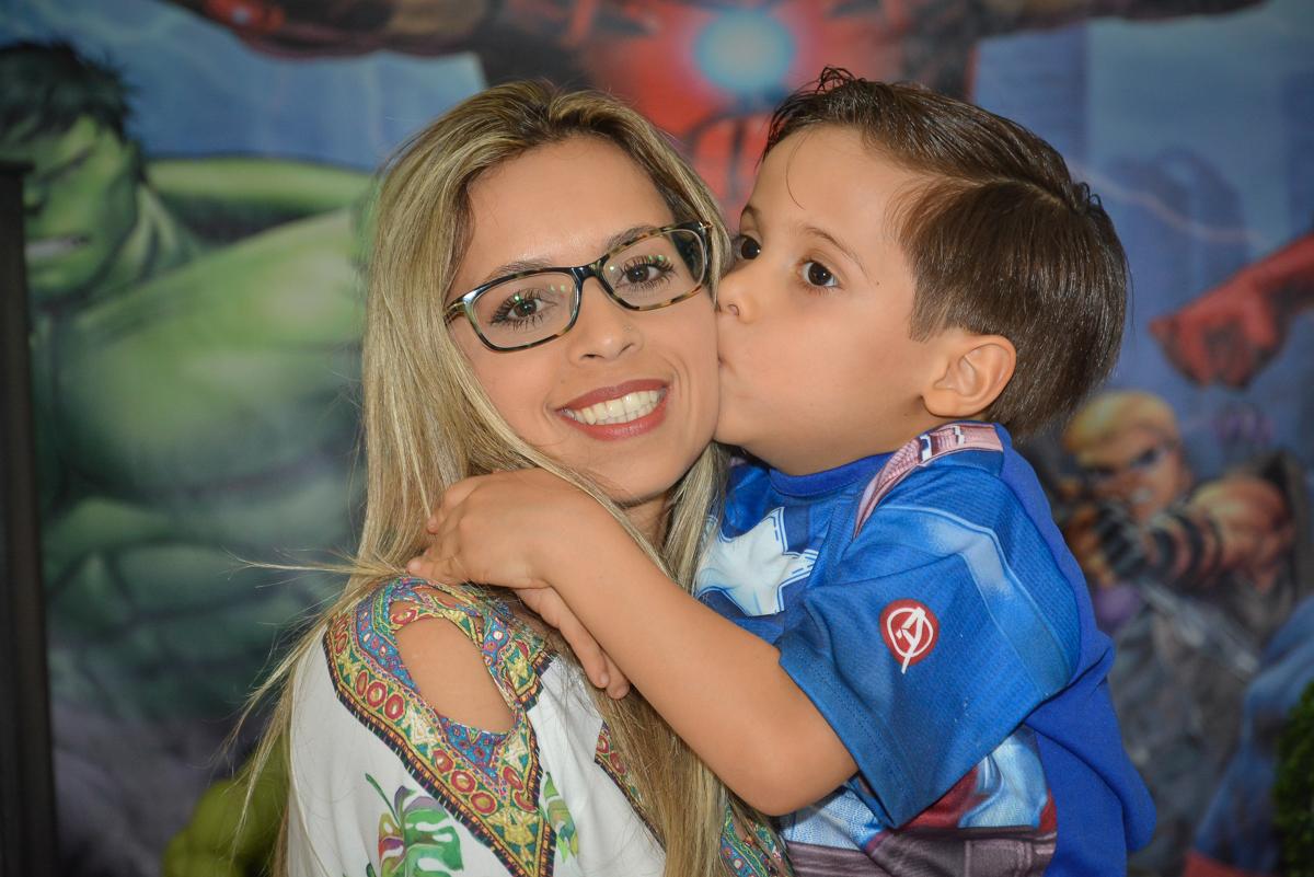 beijinho na mamãe no buffet Fábrica da Alegria, Morumbi, São Paulo, aniversário de Leonardo 5 anos, tema da festa os vingadores