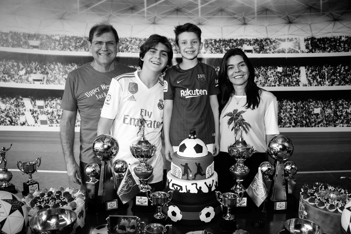 fomilia posa foto no Buffet High Soccer, aniversário de Daniel 9 anos, tema da festa futebol, time Barcelona