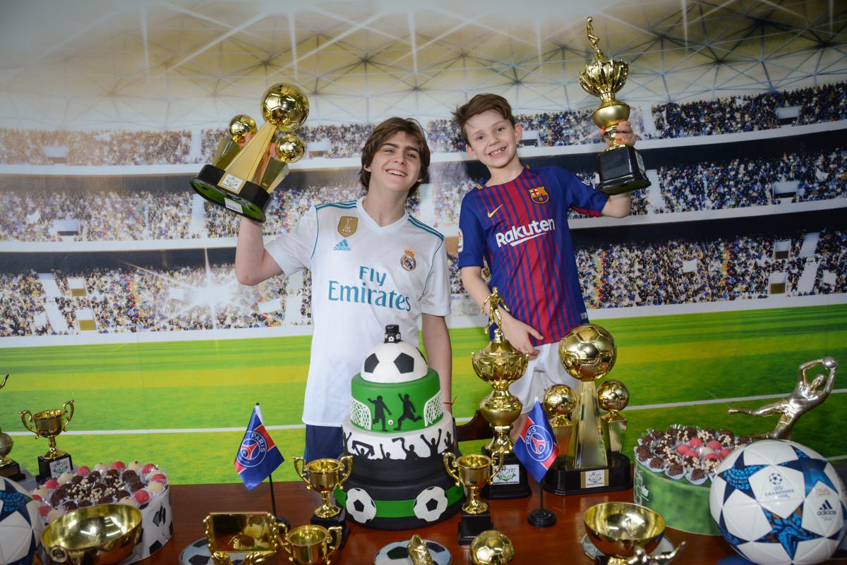 os irmãos ergue a taça no Buffet High Soccer, aniversário de Daniel 9 anos, tema da festa futebol, time Barcelona