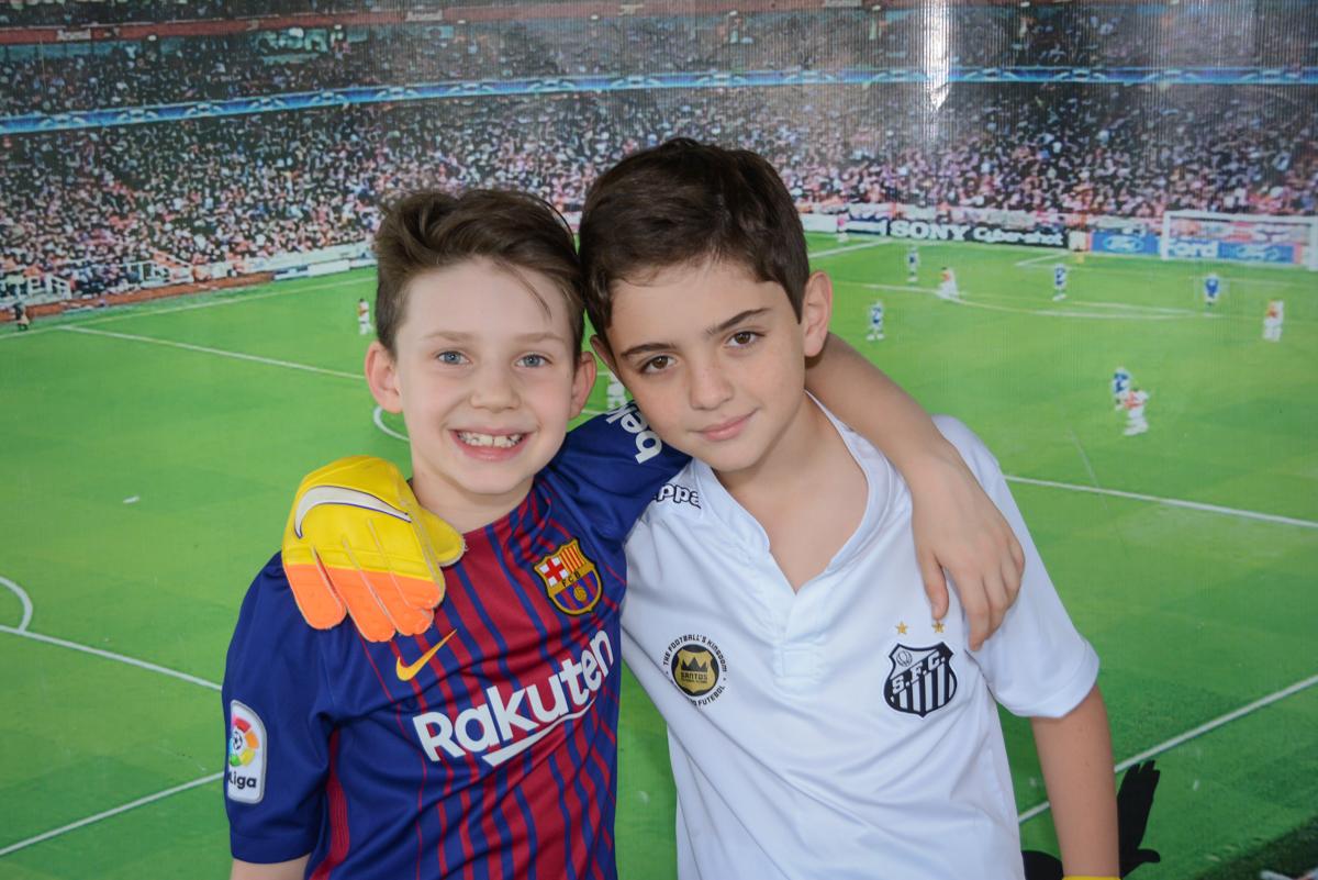 recebendo o amigo para a festa no Buffet High Soccer, aniversário de Daniel 9 anos, tema da festa futebol, time Barcelona