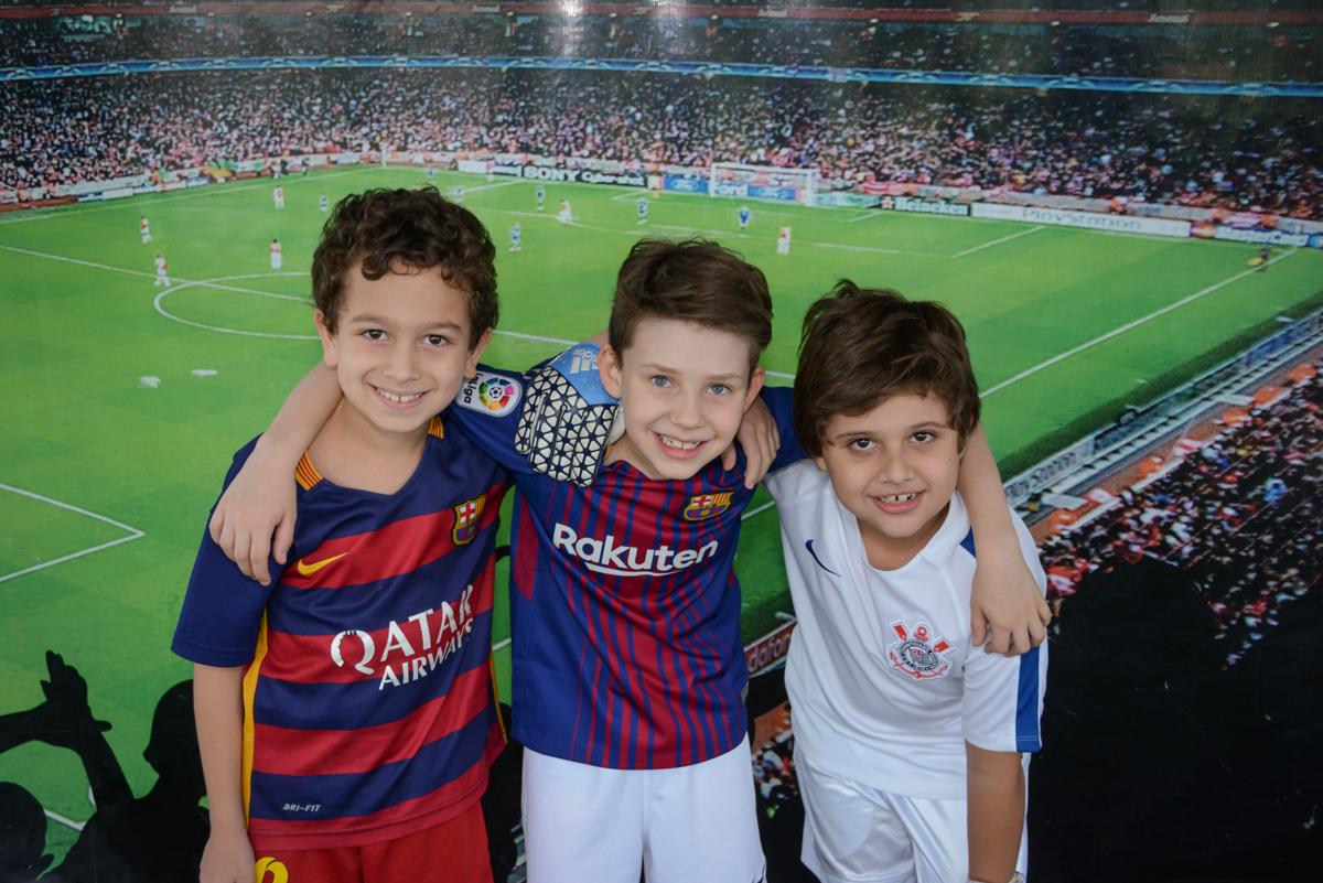 fotografia com os amigos no Buffet High Soccer, aniversário de Daniel 9 anos, tema da festa futebol, time Barcelona