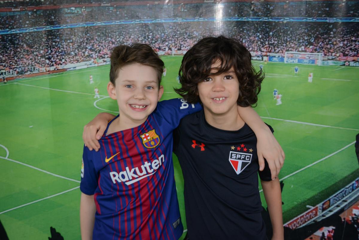 foto com o amigo no Buffet High Soccer, aniversário de Daniel 9 anos, tema da festa futebol, time Barcelona