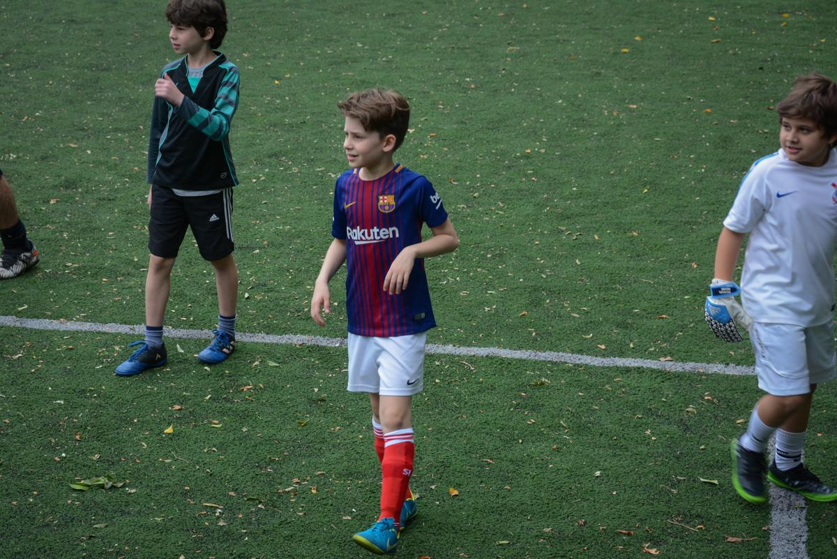 inicia o jogo de futebol no Buffet High Soccer, aniversário de Daniel 9 anos, tema da festa futebol, time Barcelona