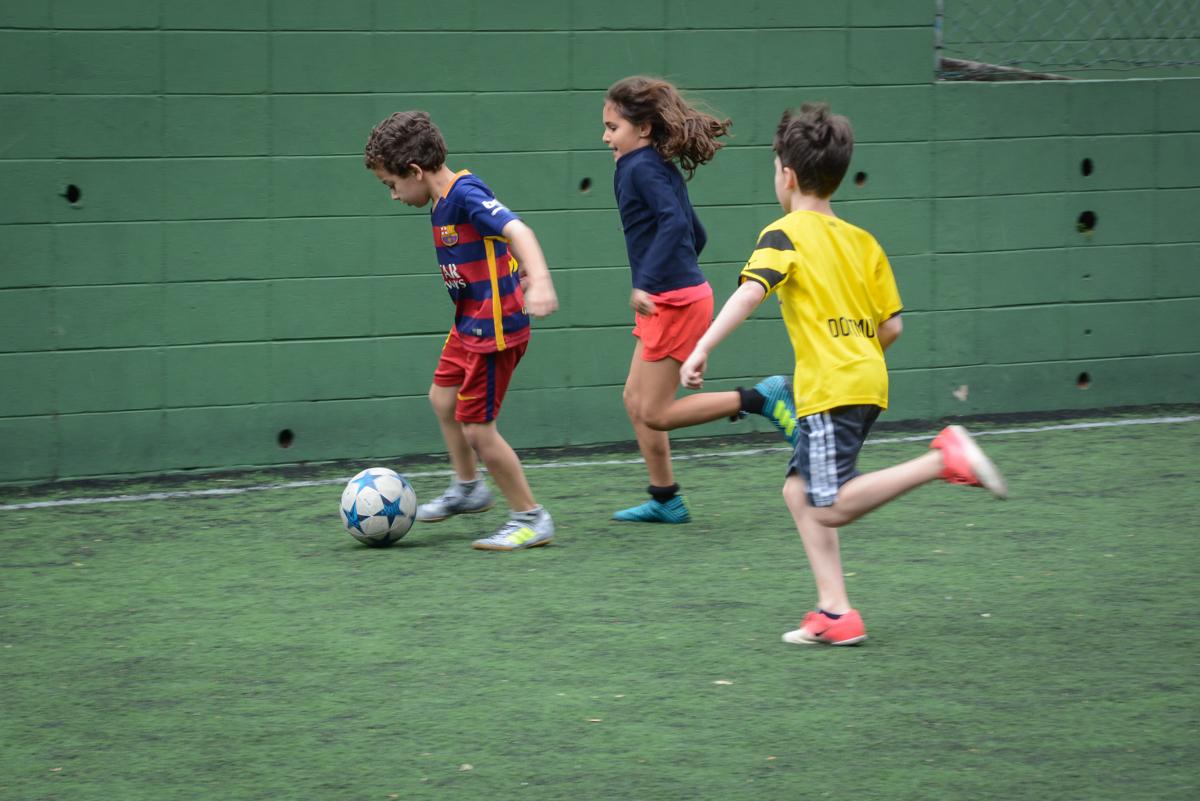todos participan do jogo de bola no Buffet High Soccer, aniversário de Daniel 9 anos, tema da festa futebol, time Barcelona