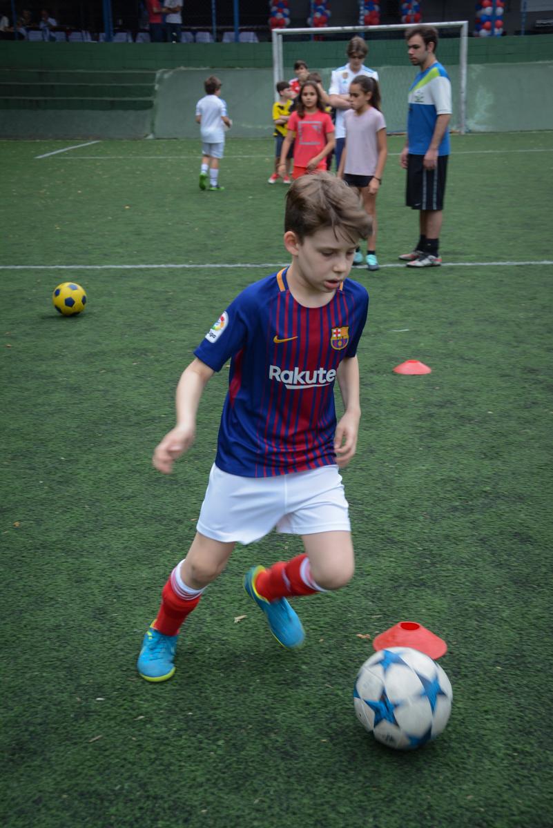 drible no jogo no Buffet High Soccer, aniversário de Daniel 9 anos, tema da festa futebol, time Barcelona