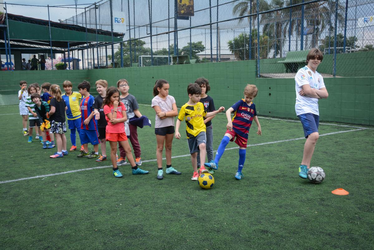 competição animada no Buffet High Soccer, aniversário de Daniel 9 anos, tema da festa futebol, time Barcelona